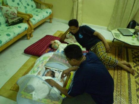 Dua beradik mendodoi anak masing-masing...so sweet...hahahaha ;)