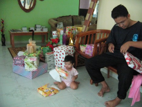 Anak sulung sibuk buka hadiah, cucu sulung sibuk 'menolong'..Syifa'..S yifa'