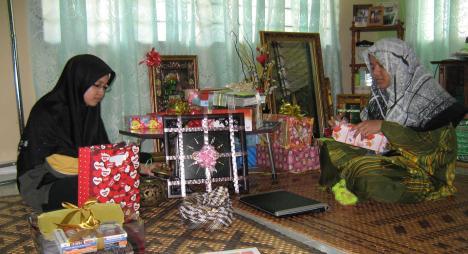 Dua anak ayah tengah menyibukkan diri 'menyelongkar' hadiah ayah...ayah ok je kan??? Tak la penat ayah membukanya, banyak tuuu... ;)