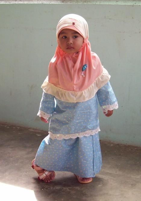 Match la warna roset dengan baju Najlaa'...